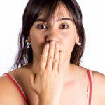 長年の口臭が歯間ブラシと舌苔の除去で治った!